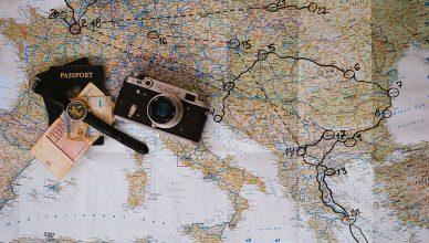 un mapa mundial con una cámara y un bolígrafo encima