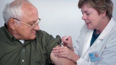 médica vacunando a un hombre mayor
