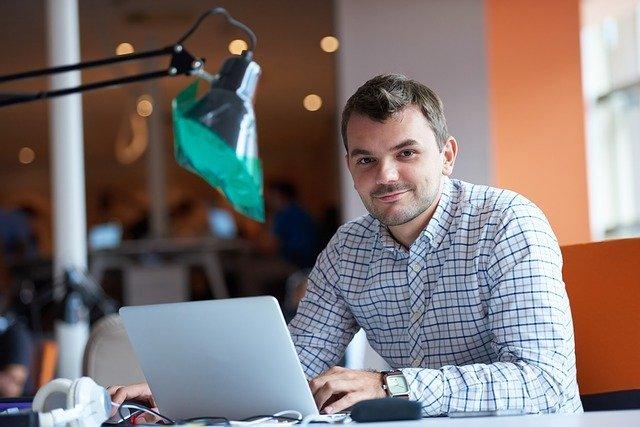 hombre trabajando en sus emprendimientos online