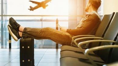 Hombre esperando coger su próximo vuelo