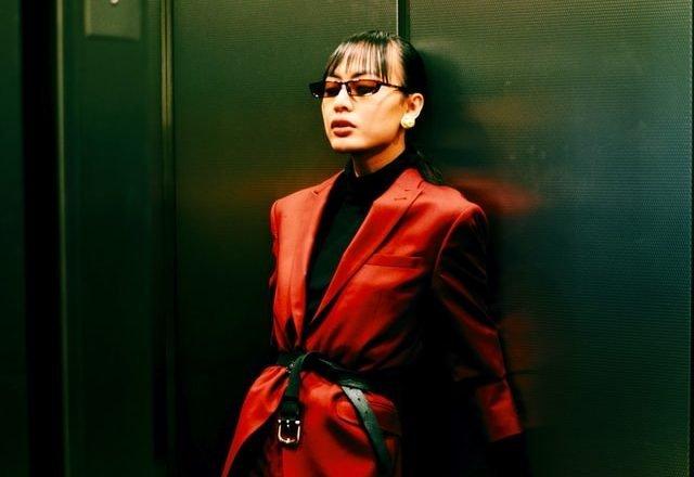 mujer encerrada en un ascensor