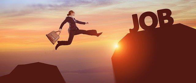 mujer saltando hacia una montaña con el nombre de