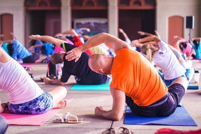 personas ajuntadas para practicar yoga