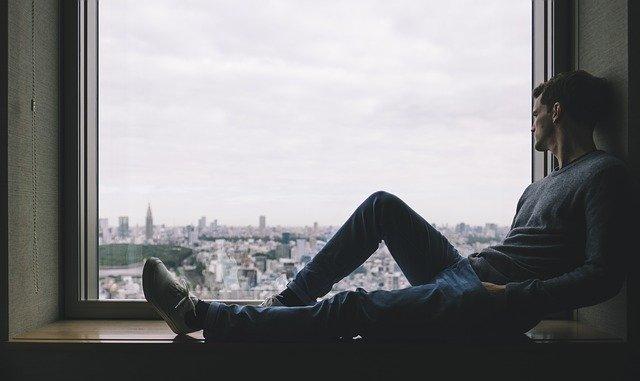 chico sentado en su ventana mirando hacia afuera