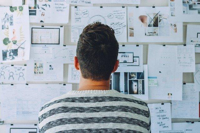 chico planifica su plan de acción para lograr ser un emprendedor exitoso