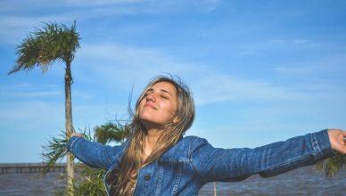 mujer contenta por haber empezado su emprendimiento hacia el éxito