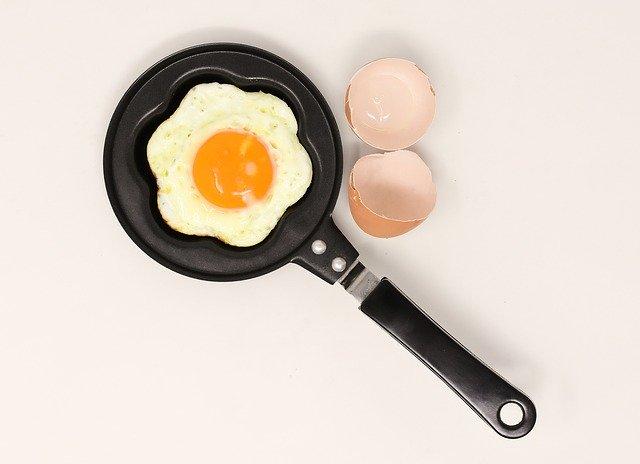 paella cocinando un huevo c