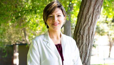 médica hablando de datos curiosos sobre la salud