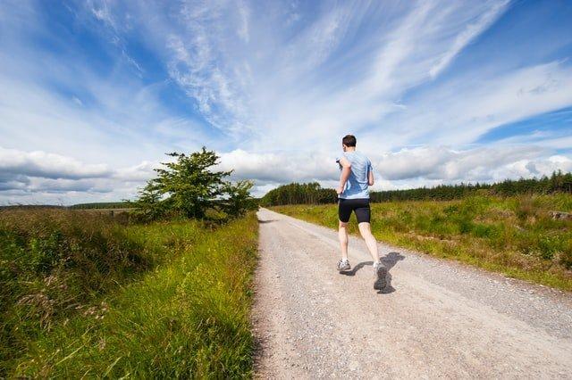 hombre corriendo en el monte para hacer ejercicio