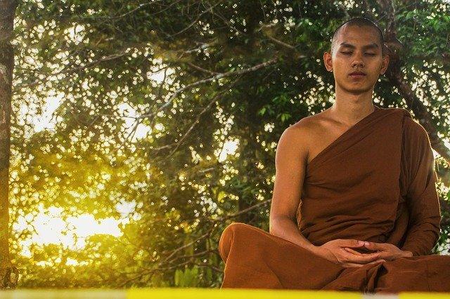 budista decide programar su mente a través de la meditación