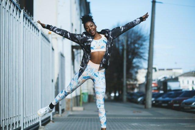 chica saltando en la calle para hacer ejercicio