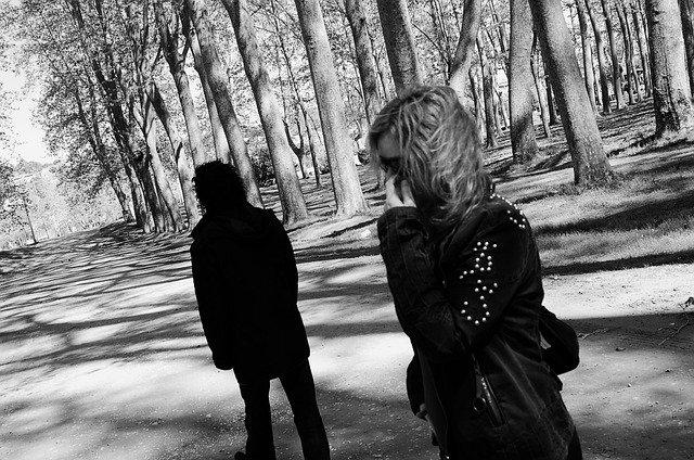 mujer de media melena, que se le mueve por el viento, y hombre de espaldas