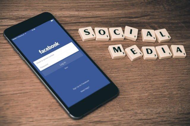 mobil con facebook instalado como una de sus redes sociales