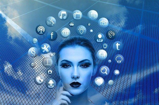 mujer pensando en redes sociales