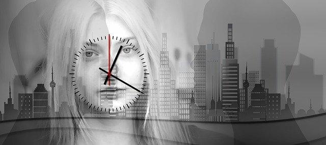 mujer con un reloj en la cara como símbolo de aburrimiento