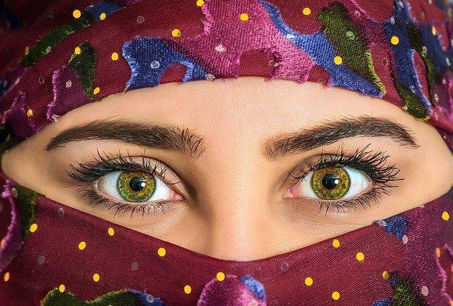 Chica con velo con una mirada penetrante que le hace ser sexy sin apenas verle el rostro