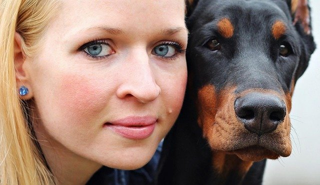 chica y perro que se encuentran en la pubertad juntos