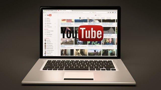 Ordenador con Youtube puesto