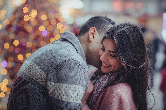hombre le da beso al cuello a su chica