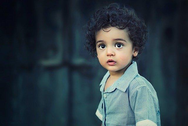 Niño de 4 años con ojos grandes