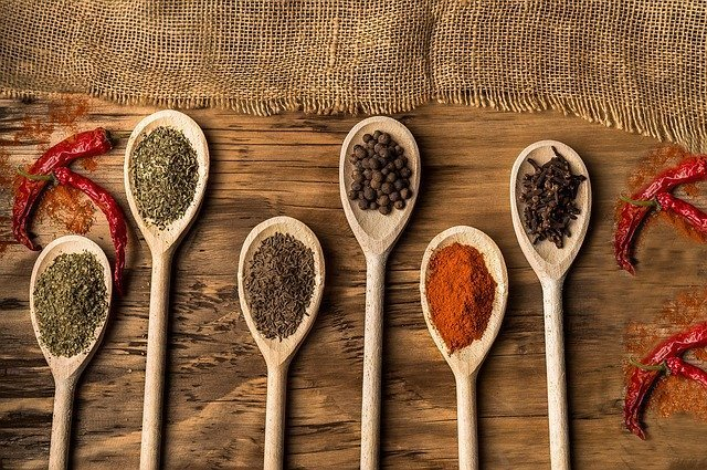 hierbas y especies para cocinar sopa con carne