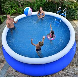 família jugando a pelota en la piscina de su casa