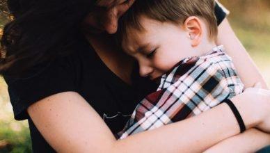 madre apoya a su niño en su duelo