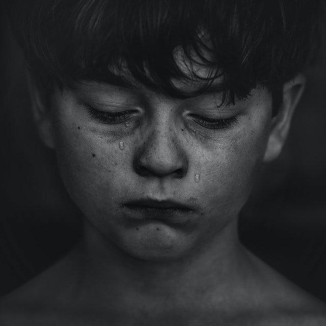 niño llorando durante el duelo por una pérdida
