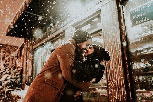 pareja abrazándose en la calle mostrando su relación