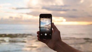 teléfono móvil capturando momento en la playa