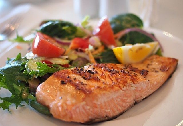 salmón cocinado con verduras