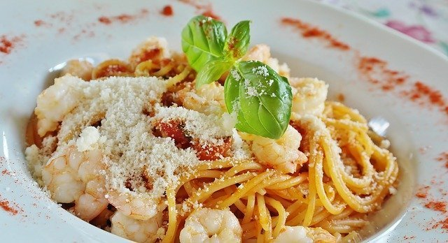 plato de espaguetis con salsa y gambas