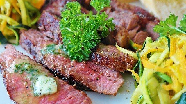plato de carne cocinada con verdura