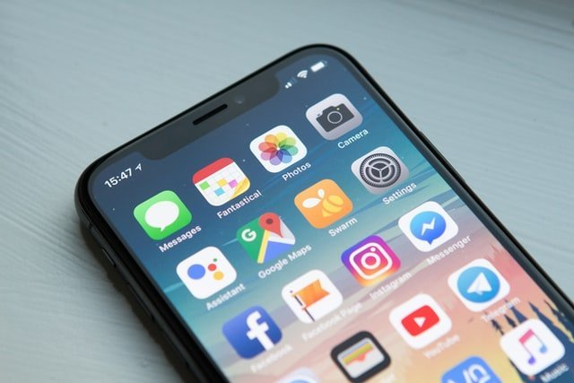 teléfono móvil con muchas aplicaciones