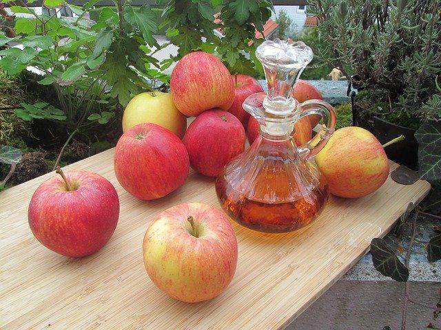 vinagre de manzana encima de una mesa