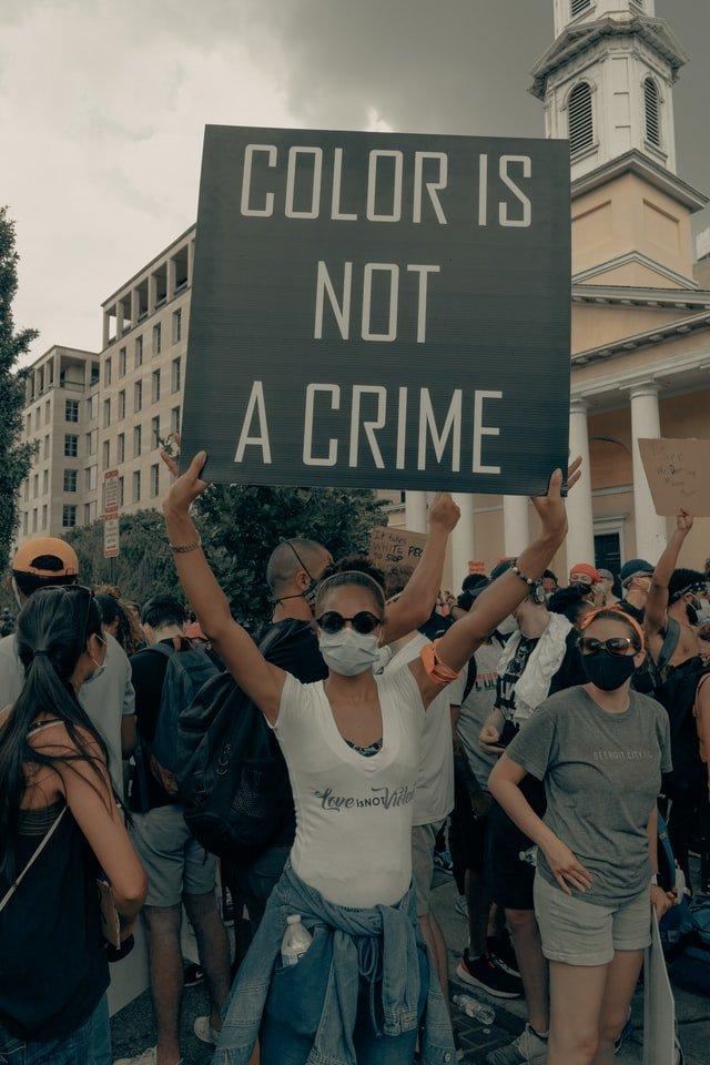 gente protestando en contra del racismo en Estados Unidos
