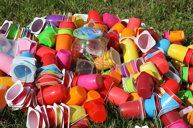 plásticos de diferentes yogures