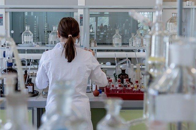 mujer investigando el grado de afectación de los plásticos en cuerpo humano
