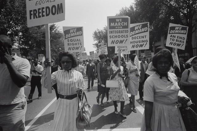 mujeres y hombres negros manifestándose para que se respeten sus derechos