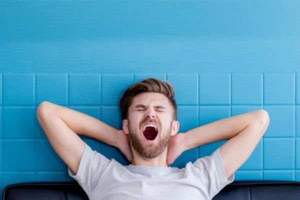 chico bostezando