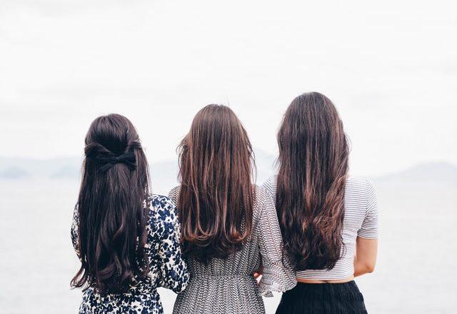 3 chicas mirando al horizonte