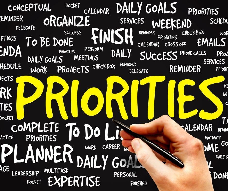 persona escribiendo sus prioridades