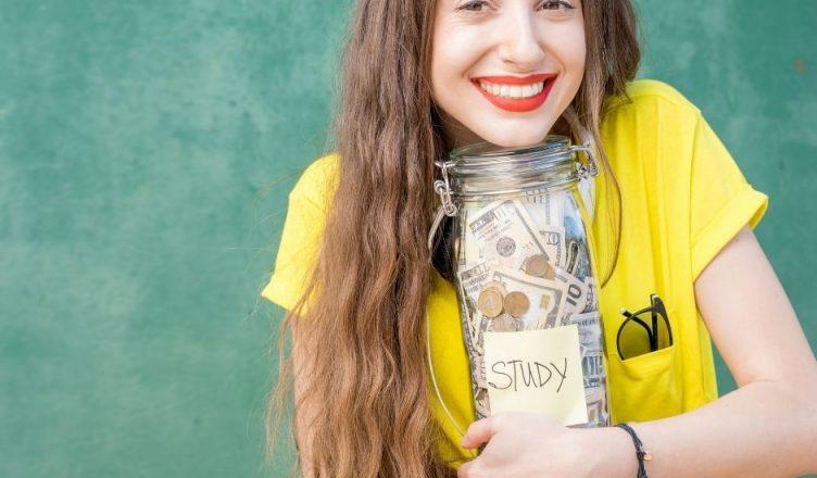 chica ahorrando dinero para estudiar