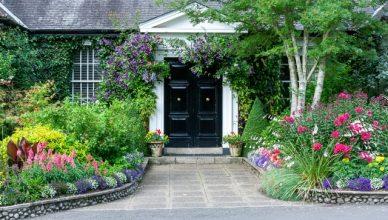casa con flores y árboles en la puerta