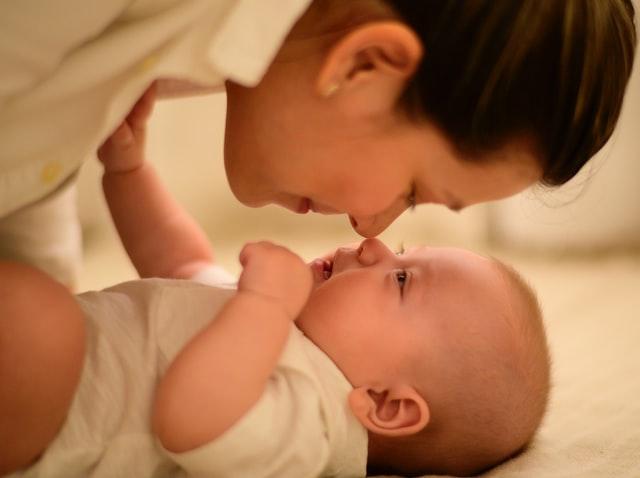 madre e hijo juntos después de amamantar al bebé