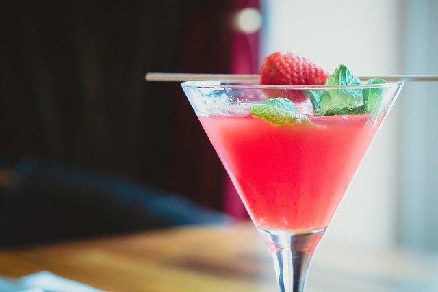 cóctel a base de fresas y piña