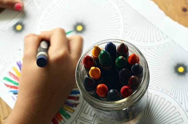 niño coloreando tras la vuelta a la escuela aplicando las medidas por el coronavirus