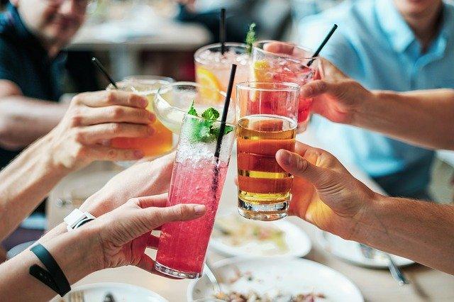 personas bebiendo alcohol sin tener en consideración su afectación