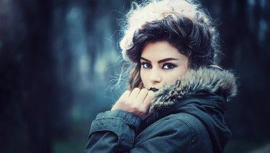 chica con abrigo