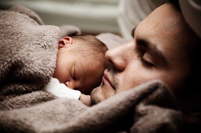 bebé que ya no llora porque está con su padre